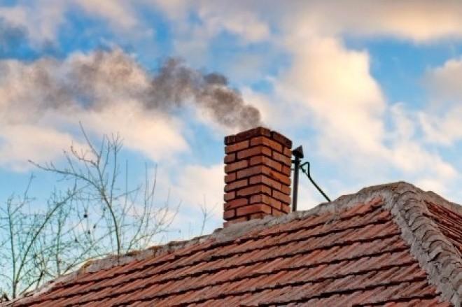 Szigorú tiltások várnak a fával és szénnel fűtőkre!