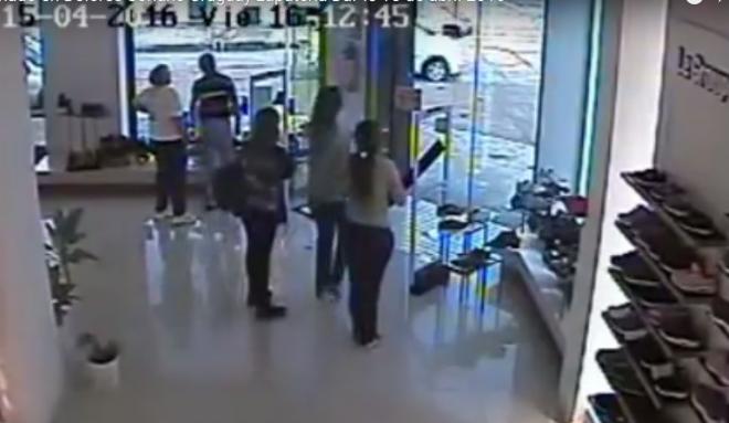 Így tesz tönkre egy cipőboltot egy arra járó tornádó