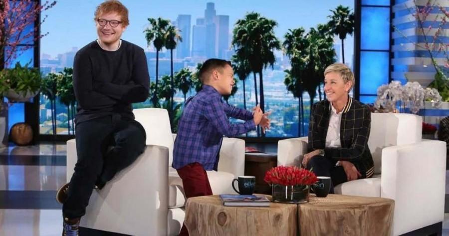 A kisfiú egy Ed Sheeran dalt énekel és néhány perccel később bejön hozzá egy meglepetés vendég