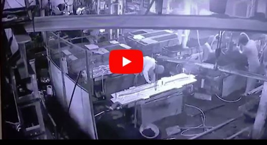 Tragikus ugratás - belehalt sérüléseibe a munkás, akinek viccből sűrített levegőt nyomtak a fenekébe