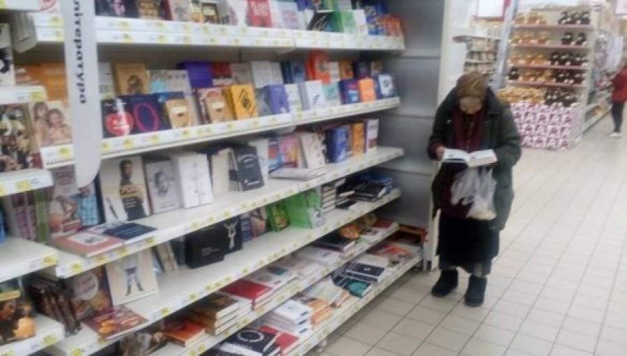 Ez a néni 15 éven keresztül járt olvasgatni az áruházba