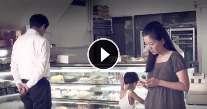 Nem tudja megvenni a tortát a kislánynak mert nincs elég pénze...