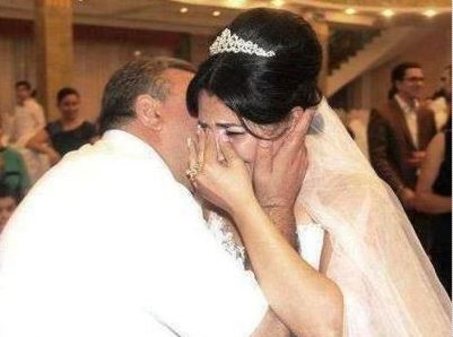 A házasságuk első napján az újdonsült feleség és a férj megbeszélték, hogy senkinek nem nyitnak ajtót.