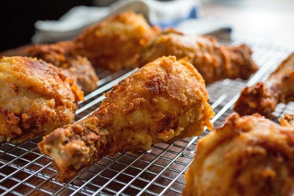 Eláruljuk az ízletes és ropogós gyorséttermi sült csirke titkát. Te is megcsinálhatod otthon!