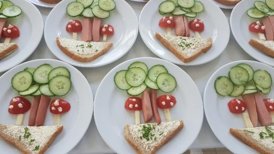 Virsli, uborka, paradicsom, kevés sajt, egy fél szelet kenyér