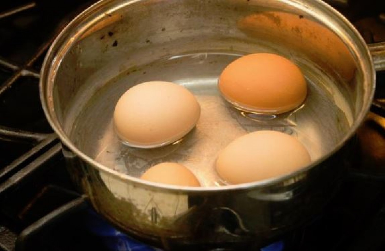 Mindig érdemes szódabikarbónát tenni a tojások főzővizébe