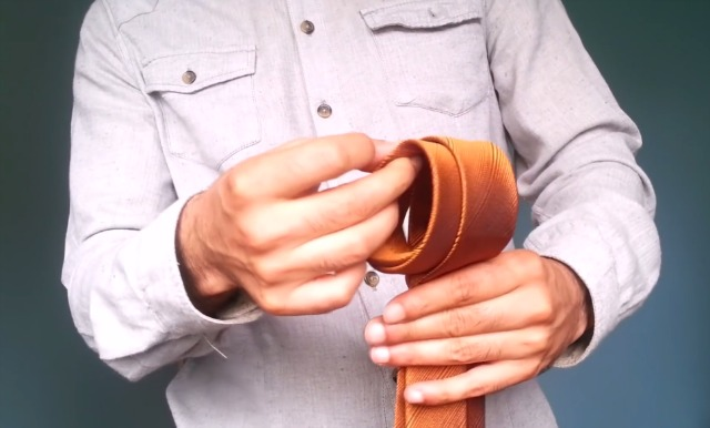 Ezzel a módszerrel 10 másodperc alatt megkötheted a nyakkendőd! – VIDEÓ