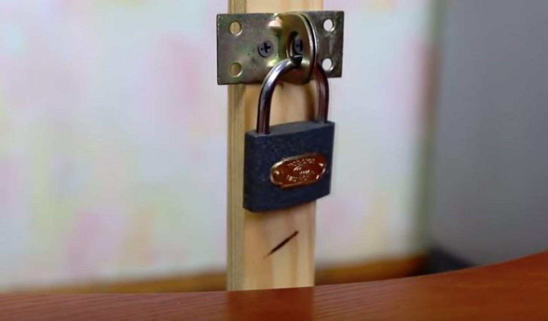 Kulcs nélkül is kinyithatók a lakatok. Egy egyszerű eszköz kell csak hozzá. (videó)