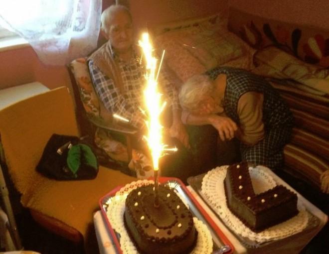 70 éve együtt...Nézd, ahogy a bácsi belenéz a tűzijátékba...