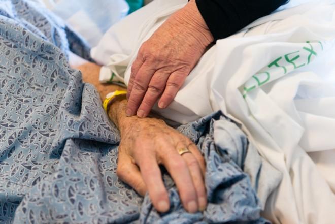 A haldokló ujjáról is lehúzta a gyűrűt a kórházi ápoló. A nővérek buktatták le.