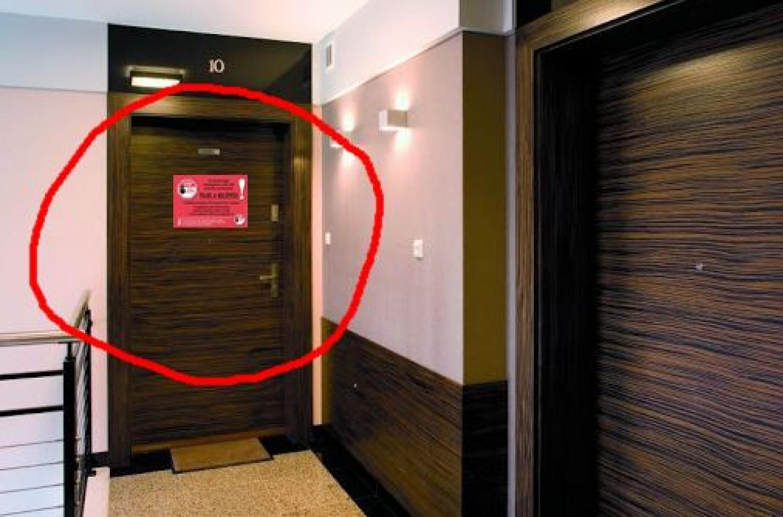 FRISS HÍR: ilyen piros lap kerül a házi karanténban lévők ajtajára