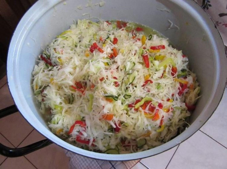 Káposzta, uborka, hagyma, reszeld le, tedd üvegbe és már készül is a csalamádé!