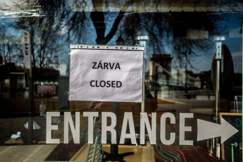 Egy hónapig zárva volt az áruház - nézd meg mi lett az értékes ruhadarabokkal