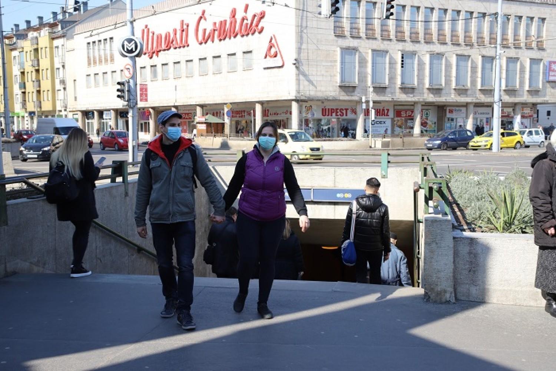 Holnaptól az utcán is kötelező maszkot viselni