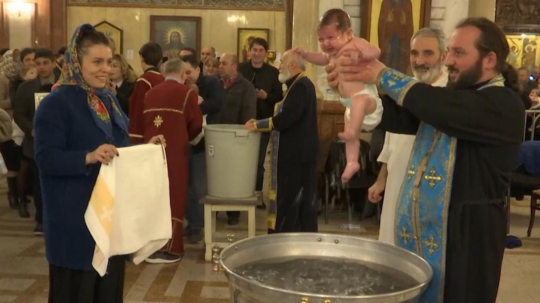 Meghalt a 1,5 hónapos kisbaba, akit a pap a keresztelőn a vízbe mártott, és megfulladt