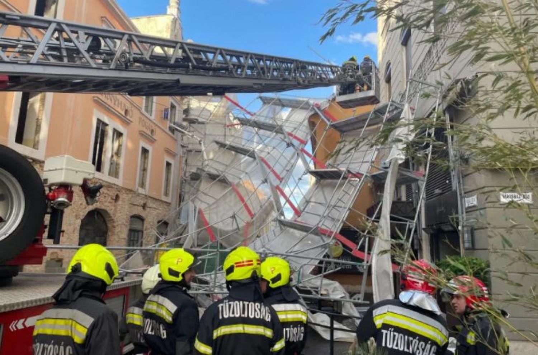 Éttermi teraszra és sétálóutcára zuhant egy építési állvány Pécs belvárosában (videó)